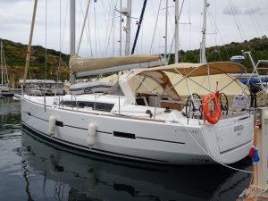dufour-412-in-marina-005